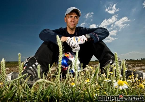 Валерию Розову - 45 лет, он один из ведущих бейс-джамперов мира. Фото: Red Bull Photofiles.