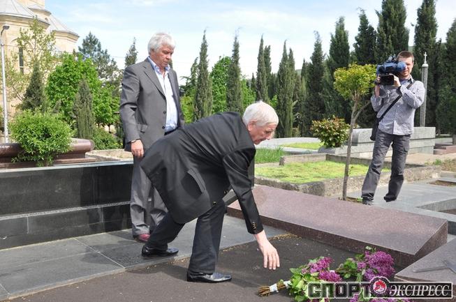 Владимир Мунтян и Андрей Биба на могиле Давида Кипиани.