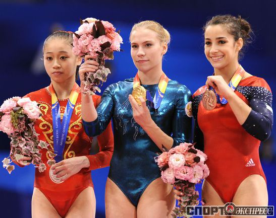 Ксения Афанасьева (в центре).