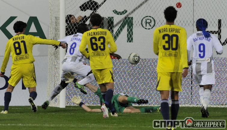 Третий гол в матче Сейду Думбья.