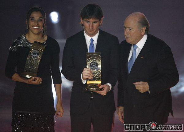 Лионель Месси получает приз лучшему игроку мира из рук президента ФИФА Зеппа Блаттера, лучшая футболистка - бразильянка Марта .