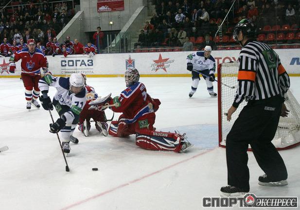 Алексей Калюжный забивает победную шайбу.