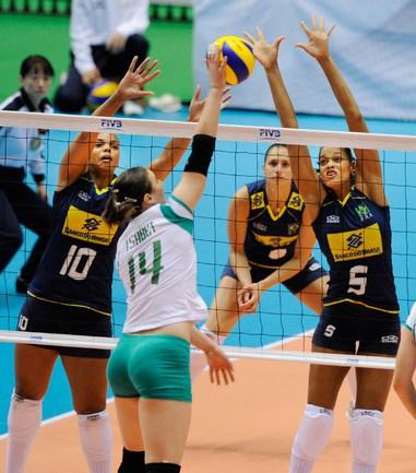 Adenizia Silva(справа) и Welissa Gonzaga блокируют Faiza Tsabet.