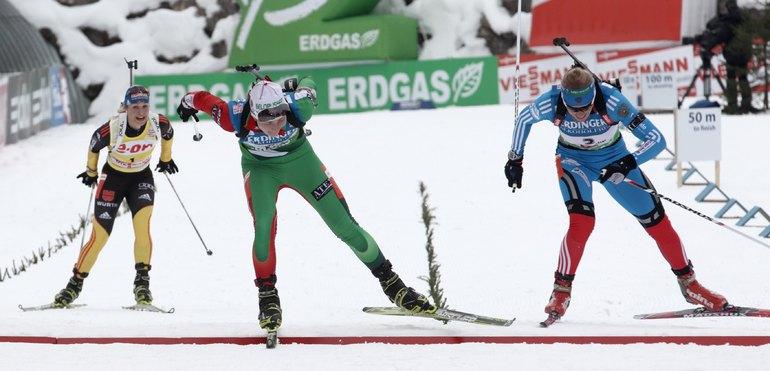Дарья Домрачева опережает на финише Ольгу Зайцеву фото REUTERS.