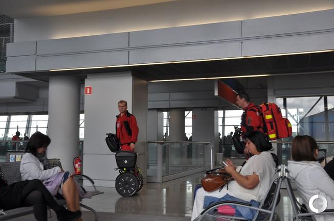 Сотрудник аэропорта имени Шопена в Варшаве на двухколесном средстве.