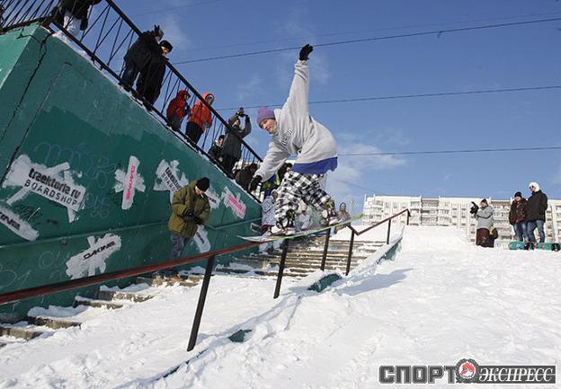 Прохожие смотрели на трюки сноубордистов как на шоу.