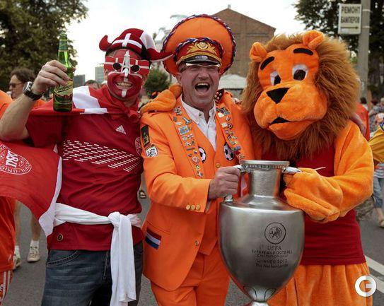 НАРЯДНЫЕ БОЛЕЛЬЩИКИ EURO-2012