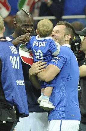 ДУБЛЬ БАПОТЕЛЛИ ВЫВЕЛ ИТАЛИЮ В ФИНАЛ EURO2012