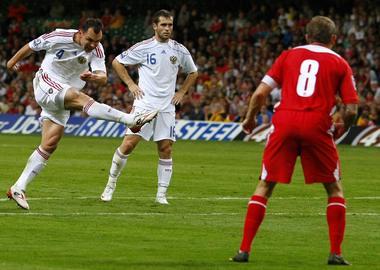 Сегодня. Кардифф. Уэльс - Россия - 0:3. Сергей ИГНАШЕВИЧ забивает победный гол ударом со штрафного. Фото Reuters