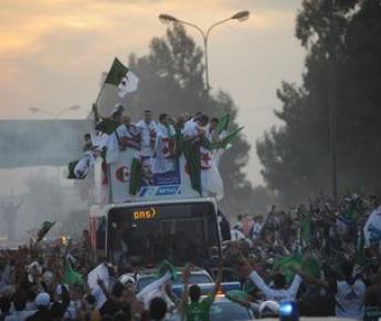 Алжирцы празднуют выход в финальную часть ЧМ-2010. Фото AFP Фото «СЭ»
