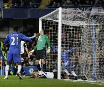 """Сегодня. Лондон. """"Челси"""" - """"Фулхэм"""" - 2:1. Только что Крис СМОЛЛИНГ срезал мяч в свои ворота. Фото Reuters"""
