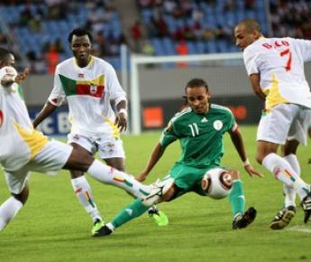 Суббота. Бенгела. Нигерия - Бенин - 1:0. Форвард нигерийцев Питер ОДЕМВИНГИЕ (в центре) внес большой вклад в победу своей команды. Фото AFP Фото «СЭ»