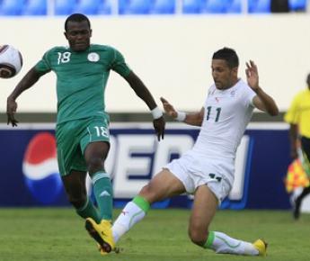 Автор единственного гола, форвард сборной Нигерии Витор ОБИННА (слева), борется за мяч с Силманом РАХО. Фото AFP Фото «СЭ»