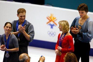 Джеми САЛЕ и Давид ПЕЛЛЕТЬЕ (слева) первоначально получили серебряные медали, однако на повторной церемонии награждения им, как и Елене БЕРЕЖНОЙ и Антону СИХАРУЛИДЗЕ, было вручено золото. Фото REUTERS. Фото «СЭ»