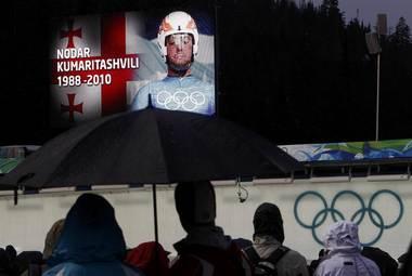 Суббота. Уистлер. Минута молчания в память о Нодаре Кумариташвили перед стартом первой попытки в соревнованиях саней-одиночек. Фото REUTERS Фото «СЭ»