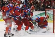 Вчера. Ванкувер. Россия - Канада - 3:7. Очередная шайба в воротах Евгения НАБОКОВА. Фото REUTERS