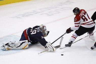 Сегодня. Ванкувер. Canada Hockey Place. США - Канада - 2:3 ОТ. Райан МИЛЛЕР отражает выпад Сидни КРОСБИ. Фото REUTERS Фото «СЭ»