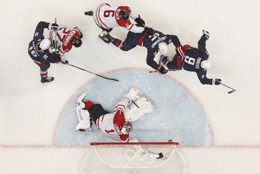 Сегодня. Ванкувер. Canada Hockey Place. США - Канада - 2:3 ОТ. Зак ПАРИЗЕ (№9) переводит финал в овертайм. Фото REUTERS Фото «СЭ»