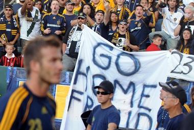 """Фанаты """"Лос-Анджелеса"""" перед началом матча устроили акцию против Дэвида БЕКХЭМА. Фото AFP Фото «СЭ»"""