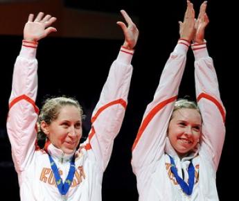 Воскресенье. Манчестер. Валерия СОРОКИНА (слева) и Нина ВИСЛОВА - чемпионки Европы! Фото AFP
