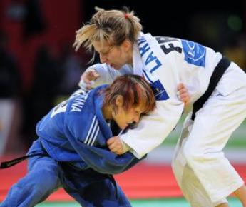 Февраль 2009 года. Наталья КУЗЮТИНА (слева) на турнире в Париже. Фото AFP Фото AFP