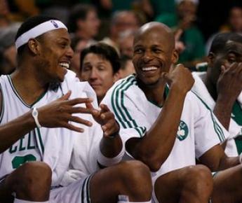 """Суббота. Бостон. """"Бостон"""" - """"Орландо"""" - 94:71. У Пола ПИРСА (слева) и Рэя АЛЛЕНА (в центре) хорошее настроение. Фото AFP"""