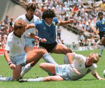 22 июня 1986 года. Мехико. Аргентина - Англия - 2:1. Тот самый четвертьфинал, в котором Диего МАРАДОНА (в центре) за четыре минуты забил два самых известных своих гола - нелегальный и гениальный. Фото AFP Фото AFP