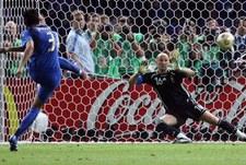 """9 июля 2006 года. Берлин. Италия - Франция - 1:1 д.в., пен. 5:3. Фабио ГРОССО исполняет """"золотой"""" 11-метровый. Фото AFP"""