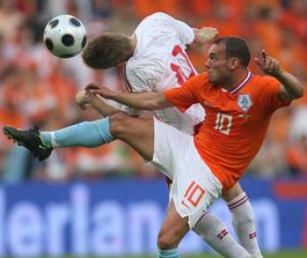 29 мая 2008 года. Эйндховен. Голландия - Дания - 1:1. Полузащитник голландцев Весли СНАЙДЕР (№ 10) и хавбек датчан Мартин ЙЕРГЕНСЕН. Фото Reuters