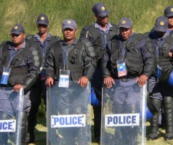 """Среда. Порт-Элизабет. Отряд полицейских около стадиона """"Нельсон Мандела Бэй"""". Фото Александра БОБРОВА, """"СЭ"""" Фото «СЭ»"""