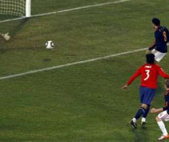 Пятница. Претория. Чили - Испания - 1:2. Победный гол Адреса ИНЬЕСТЫ (№6). Фото Reuters