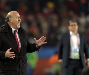 Суббота. Йоханнесбург. Парагвай - Испания - 0:1. Висенте ДЕЛЬ БОСКЕ (слева) и Херардо МАРТИНО. Фото AFP