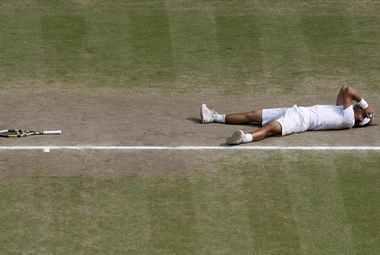 Воскресенье. Уимблдон. Рафаэль НАДАЛЬ празднует победу в финале. Фото Reuters