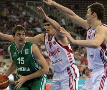 На чемпионате Европы 2009 года молодые турецкие звезды Эрсан ИЛЬЯСОВА (№8) и Омер АШИК (№12) заставили относиться к их сборной с уважением. Фото AFP