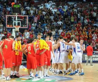 Сборная Испании (слева), проиграв сербам, потеряла чемпионский титул. Фото AFP