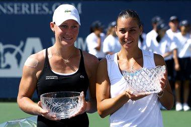 Победительница турнира в Лос-Анджелесе Флавия ПЕННЕТТА (справа) и финалистка Саманта СТОСУР. Фото AFP Фото «СЭ»
