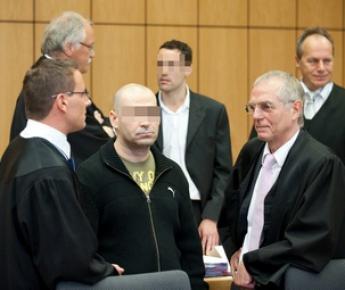 Вчера. Бохум. Нюреттин Г. (по центру на переднем плане) и Кристиан С. (по центру на заднем плане) в зале суда. Фото AFP