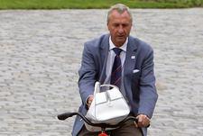 14 мая 2010 года. Цюрих. Йохан КРОЙФ, представитель совместной заявки Бельгии и Голландии на проведение ЧМ-2018, прибывает в штаб-квартиру ФИФА для передачи заявочной книги.