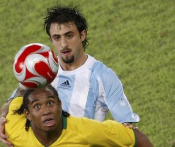 19 августа 2008 года. Пекин. 1/2 финала олимпийского турнира. Аргентина - Бразилия - 3:0. Для Николаса ПАРЕХИ и АНДЕРСОНА предстоящий матч будет принципиальным, даже несмотря на то, что он товарищеский. Фото Reuters