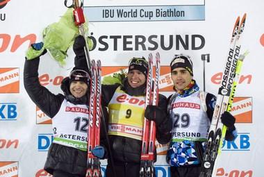 Сегодня. Эстерсунд. Победитель мужской индивидуальной гонки Эмиль Хегле СВЕНДСЕН (в центре), второй призер Оле Эйнар БЬОРНДАЛЕН (слева) и финишировавший третьим Мартен ФУРКАД. Фото AFP
