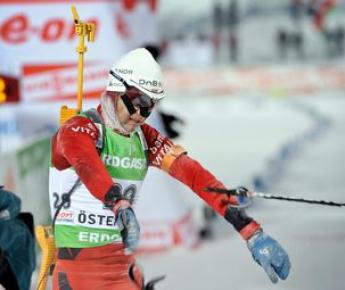 Упустив победу, Оле Эйнар БЬОРНДАЛЕН на финише в сердцах отбросил лыжную палку. Фото AFP