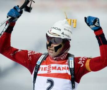 Воскресенье. Эстерсунд. Оле Эйнар БЬОРНДАЛЕН празднует победу в гонке преследования. Фото AFP