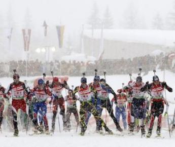 Вчера. Хохфильцен. Иван ЧЕРЕЗОВ (№3) на первом этапе эстафеты. Фото Reuters