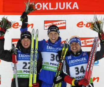 Суббота. Поклюка. Победитель спринта Бьорн ФЕРРИ (в центре), Тарьяй БЕ (слева) и Михаэль ГРАЙС на подиуме. Фото AFP
