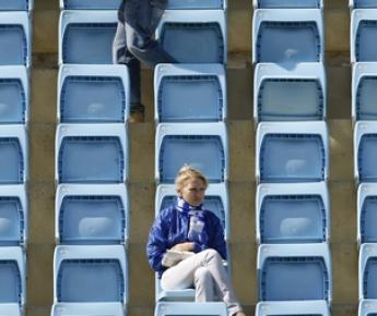 Пустые трибуны - к сожалению, уже обычное явление для матчей премьер-лиги - прогрессу футбольного бизнеса в России не способствуют. Фото Александра ВИЛЬФА Фото «СЭ»
