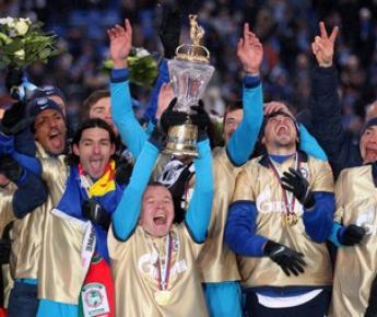 28 ноября. Санкт-Петербург. Капитан команды Александр АНЮКОВ (слева) и его партнеры празднуют чемпионство, которое, согласно цифрам, получилось сверхубедительным. Фото AFP