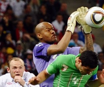 18 июня 2010 года. Кейптаун. Англия - Алжир - 0:0. Раис М'БОЛИ к своим 24 годам уже имеет достаточно большой опыт. Как пример - сухой матч с англичанами на ЧМ-2010. Фото AFP