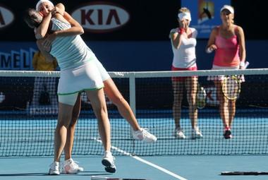 Пятница. Мельбурн. Хисела ДУЛКО и Флавия ПЕННЕТТА празднуют победу в парном разряде Australian Open. Фото AFP