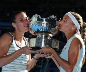 Пятница. Мельбурн. Победительницы Australian Open в парном разряде Хисела ДУЛКО и Флавия ПЕННЕТТА. Фото AFP