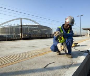 """20 мая 2010 года. Последние приготовления перед ЧМ в Дурбане: строители заканчивают работы на вокзале около стадиона """"Мозес Мабида"""". Фото REUTERS"""
